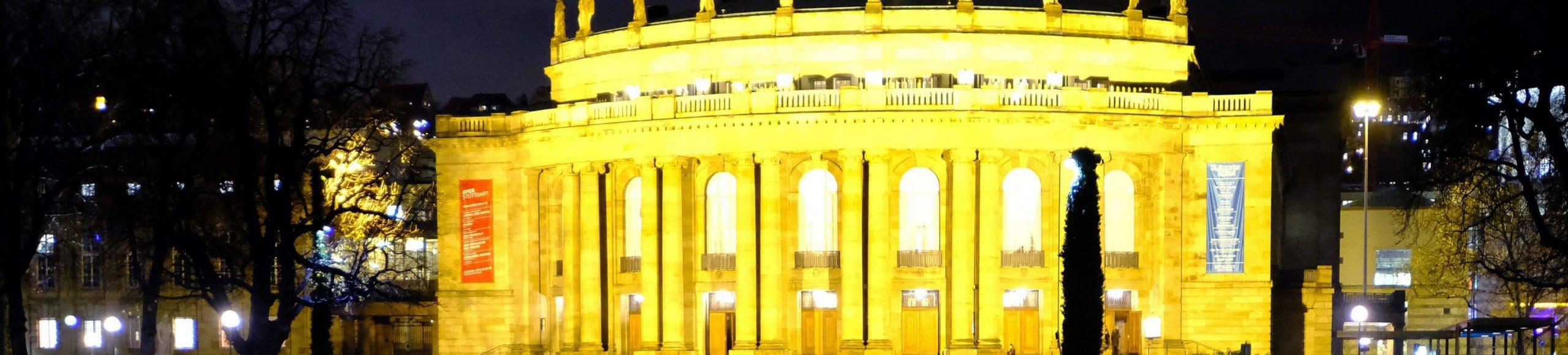ARCHIV - 22.12.2017, Baden-Württemberg, Stuttgart: Das hell erleuchtete Opernhaus spiegelt sich im Eckensee. Die Pläne, die Oper während der anstehenden Sanierung in einem alten Paketpostamt unterzubringen, sind an den Kosten gescheitert. (zu dpa «Zeitplan der geplanten Opernsanierung steht auf der Kippe» vom 11.05.2018) Foto: Bernd Weißbrod/dpa +++ dpa-Bildfunk +++